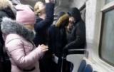 Пасажирів київського метро прямо у вагоні залило зверху водою з брудом