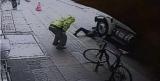 Злодій штовхнув перехожого під фуру, щоб вкрасти телефон - відео